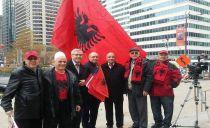 Kronikë e ditëve, me Flamurin Kombëtar Shqiptar